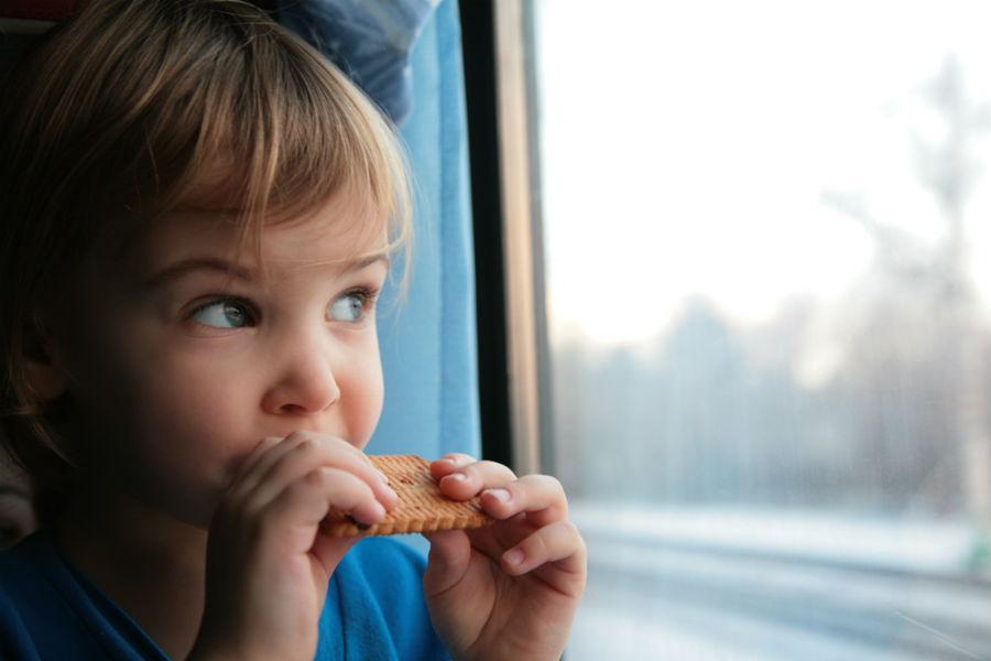 bambino sorride in treno