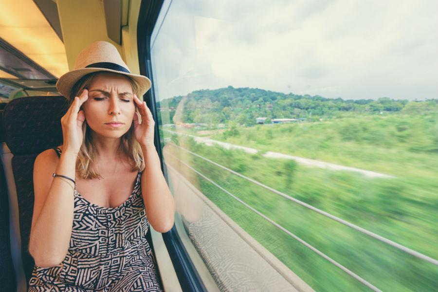 ragazza con mal di testa in treno
