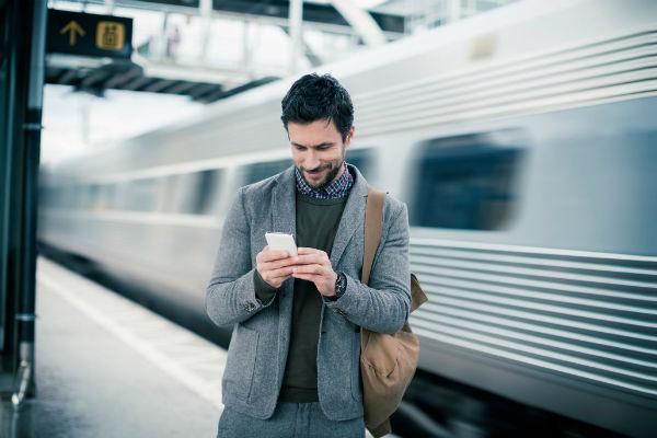 uomo con smartphone