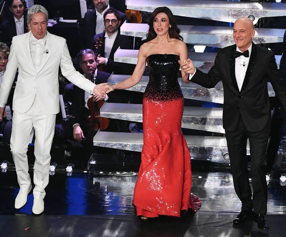 cliomakeup-sanremo-2019-look-11-armani-virginia-raffaele-abito-rosso-nero