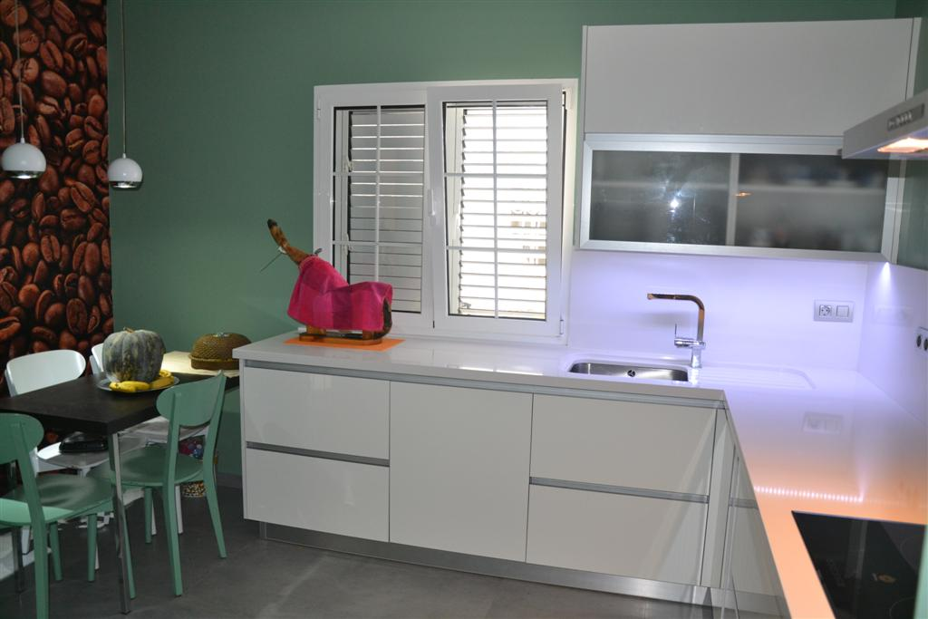 Kitchen with high-gloss AR-PLUS doors