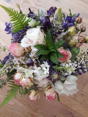 Livraisons de bouquet de fleur Quemper-Guezennec artisan fleuriste Akène Fleuriste Créatrice