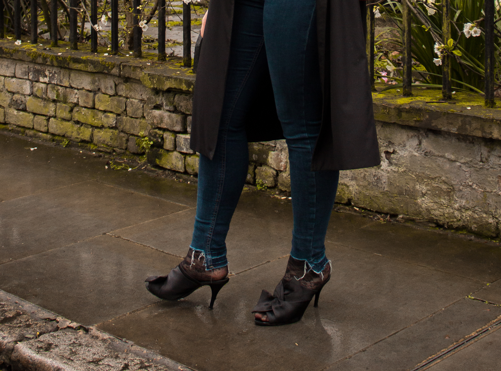 black_mules_long_trench-ripeed-jeans