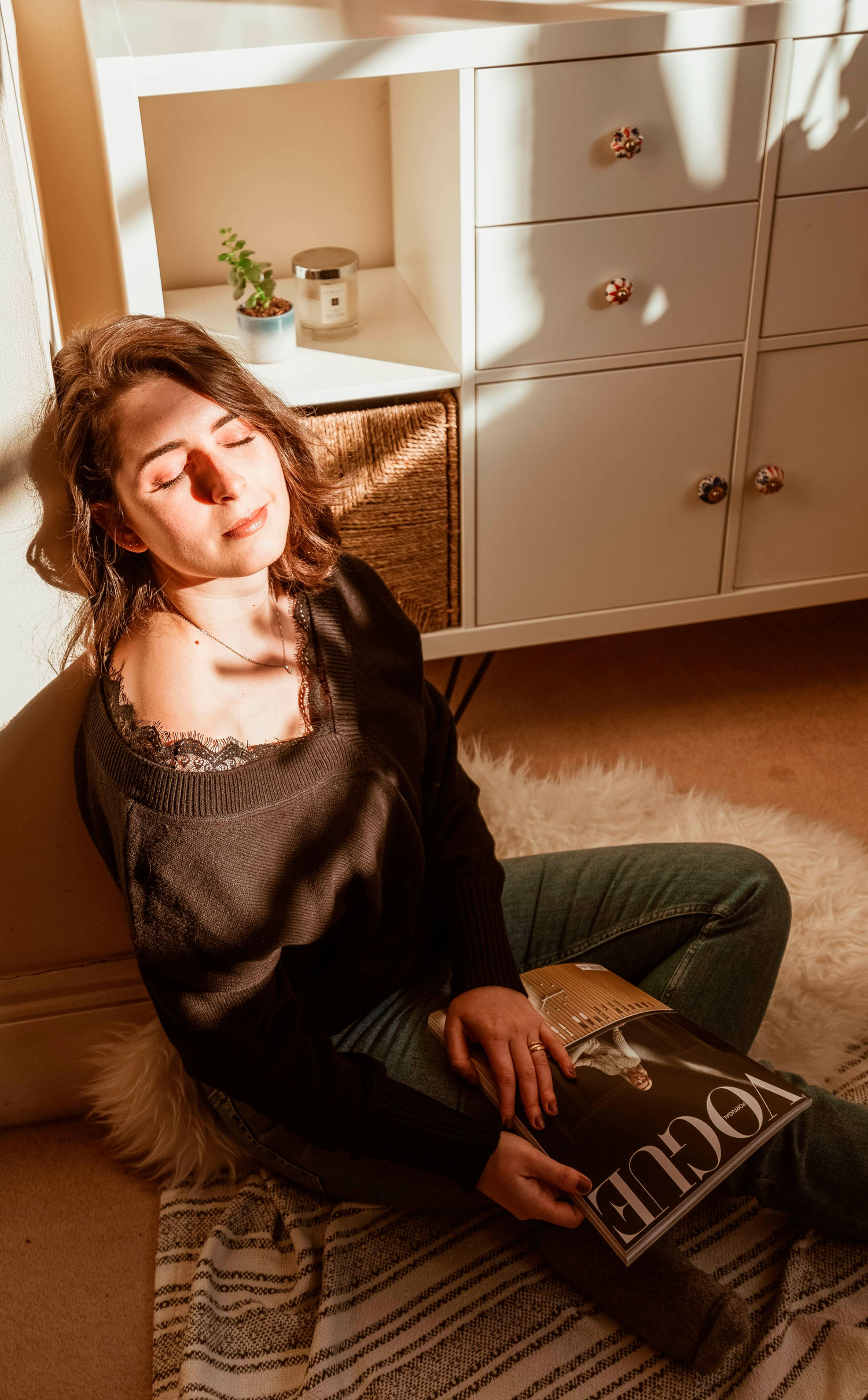 Reading in the corner where catching the light: 5 healthy habits I'm introducing in my routine by Marisa Oliveira from Arara Pintada