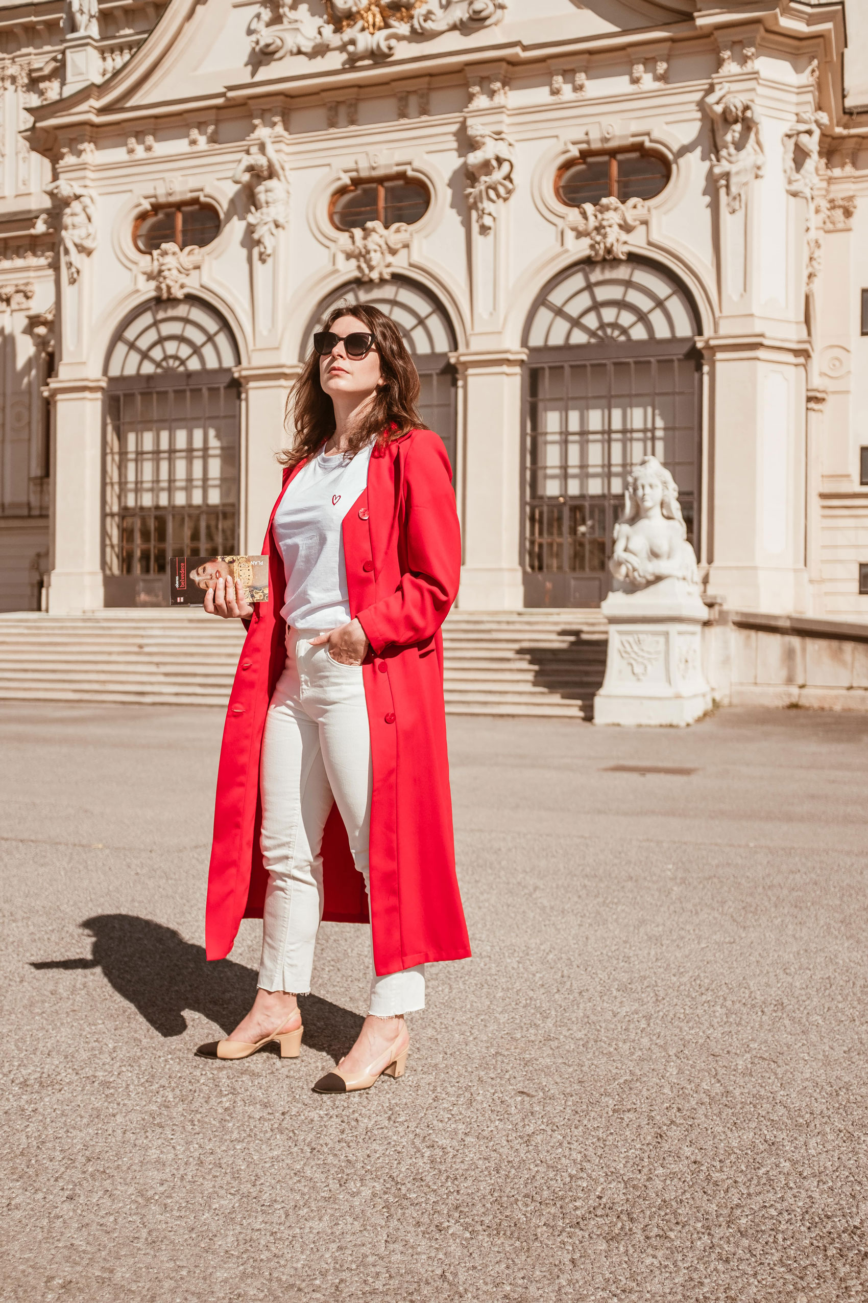 white outfit with a long coat trench by Sienna Inspo and Chanel Slingback by Arara Pintada