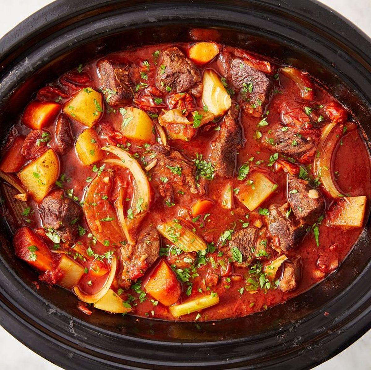 La mijoteuse est la garantie d'avoir des plats succulents et moelleux comme du velour. Le temps est la clé et on vous dit ce qu'il faut pour bien cuisiner avec une mijoteuse.