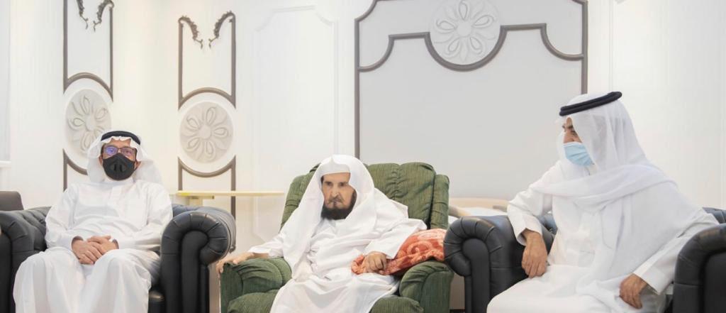 وزير التعليم يزور أول مدير لجامعة أم القرى للاطمئنان على صحته