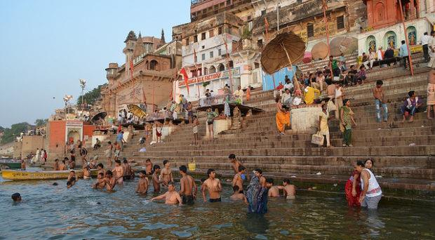 إلقاء جثث ضحايا كوفيد -19 في الأنهار في الهند