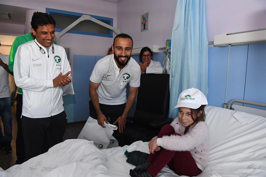 صور.. لاعبو الأخضر يزورون الأطفال المرضى في مستشفى إسباني