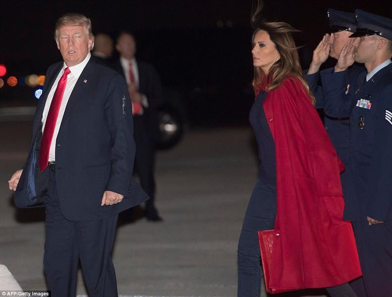شاهد.. ميلانيا ترامب تضع زوجها في موقف محرج جديد أمام وسائل الإعلام