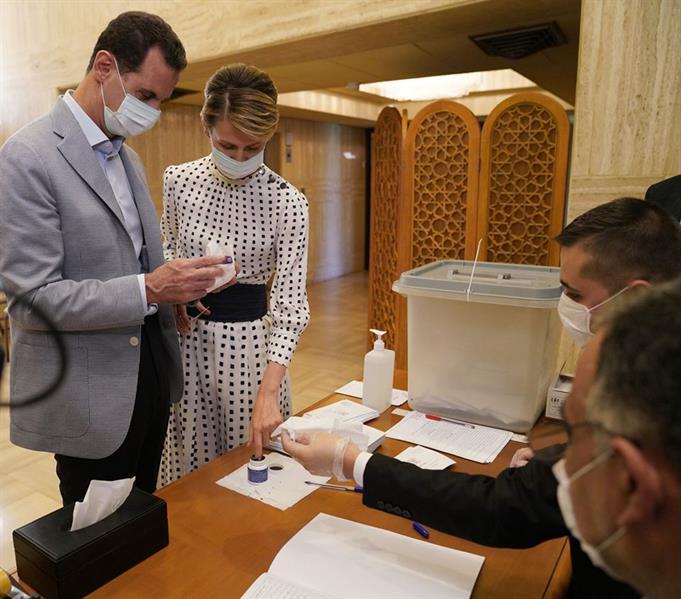 بشار الأسد وزوجته يدليان بصوتيهما في الانتخابات البرلمانية