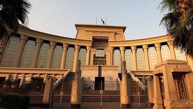 القضاء المصري يحاكم مبارك ونجليه وهم خارج السجن
