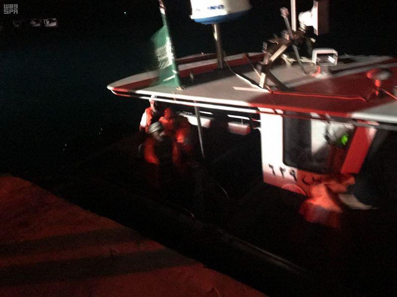 بالصور.. حرس الحدود ينقذ شخصين انجرف قاربهما وتعطل في عرض البحر بجدة