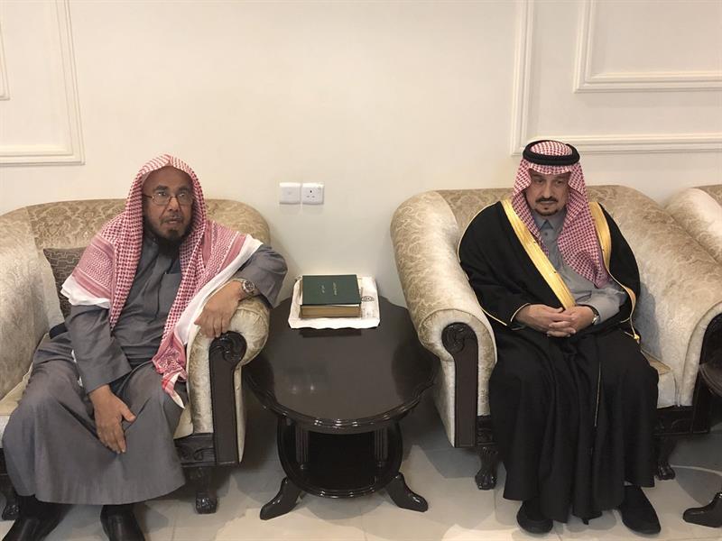"""شاهد.. أمير منطقة الرياض يزور """"الشيخ المطلق"""" لتعزيته في وفاة أخيه"""