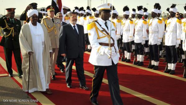 عمر البشير يستقبل محمد مرسي في الخرطوم