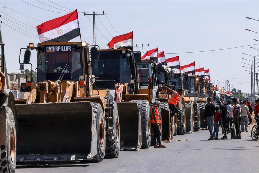 مصر ترسل معدات هندسية وفنيين إلى غزة لبدء إعادة الإعمار