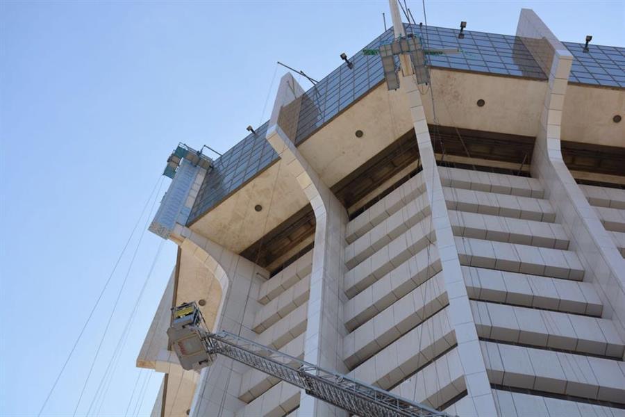 """شاهد.. كيف أنقذ """"مدني جدة"""" عاملَين علقا على حافة الدور الـ19 في برج"""
