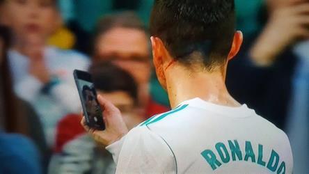 بالفيديو.. بعد إصابته الدامية.. كريستيانو رونالدو يستعين بهاتف لرؤية مدى خطورة إصابة وجهه