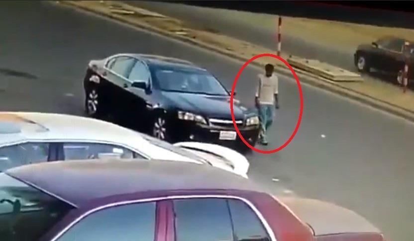 فيديو يوثق لحظة سرقة سيارة تركها صاحبها في وضع التشغيل بجدة
