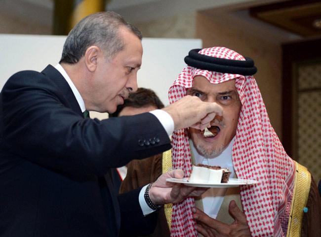 عبدالرحمن الفيصل Detail: صورة لأردوغان يطعم سعود الفيصل الكيك بيديه تشد
