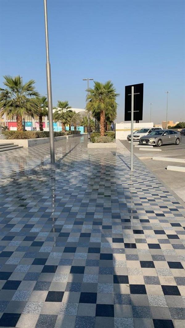"""""""أمانة الرياض"""" تُلزم مجمعًا تجارياً بإزالة سياج حديدي وضع بصورة مخالفة"""
