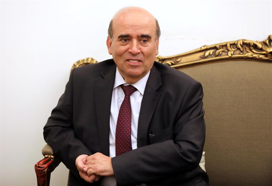 """وزير خارجية لبنان يحاول استنقاص السعوديين بوصف""""البدو"""" في لقاء تلفزيوني وينسحب.. وردود فعل غاضبة تندد بعنصريته (فيديو)"""