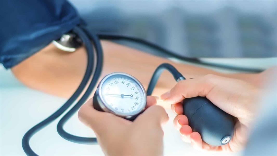 """""""فهد الطبية"""" توضح أعراض وعوامل الإصابة بضغط الـدم.. وكيف يتجنب المُصابون به الوفاة المُبكرة"""