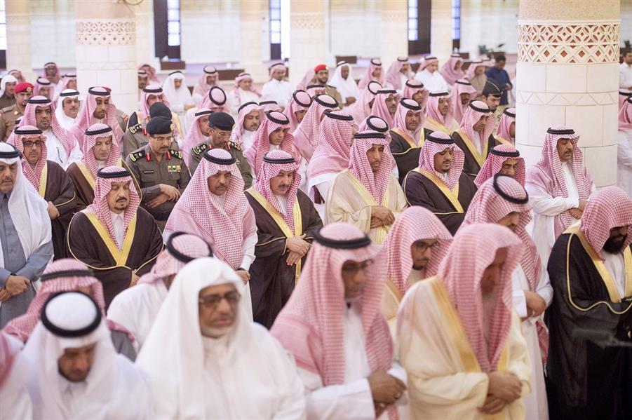 أمير الرياض ونائبه يؤديان الصلاة على الأمير محمد بن عبدالعزيز بن عياف