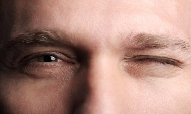 """5 طرق بسيطة للتخلص من """"رفة"""" العين"""