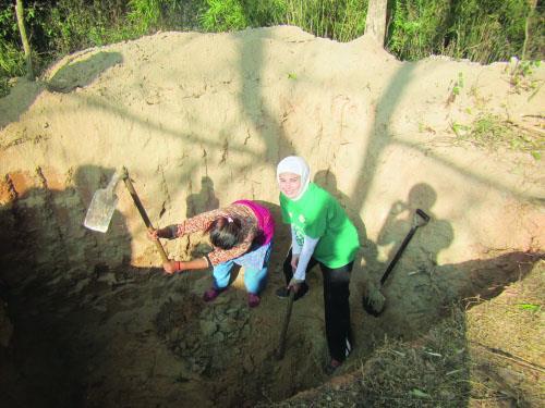 مروى أثناء تطوعها في بناء الحمامات بالنيبال