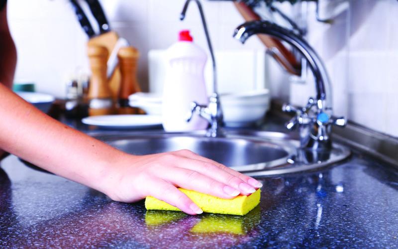 """""""الغذاء والدواء"""": أشياء يجب مراعاتها عند استخدام """"إسفنجة"""" المطبخ"""