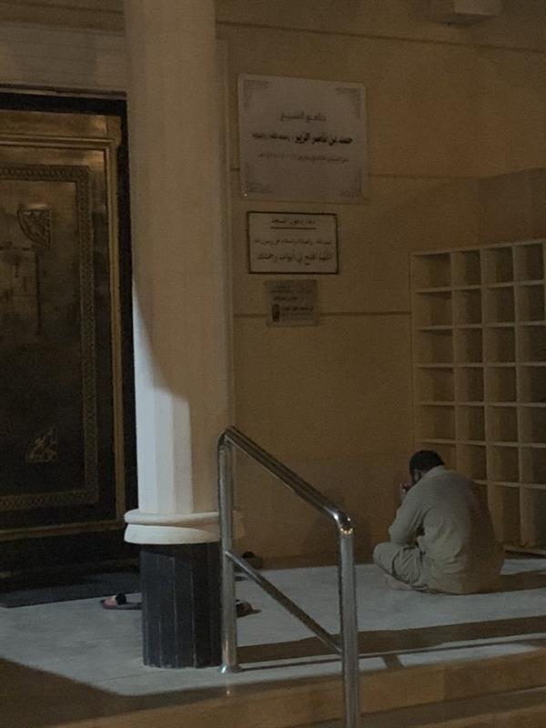 صورة مؤثرة لعامل أمام مدخل جامع بالرياض