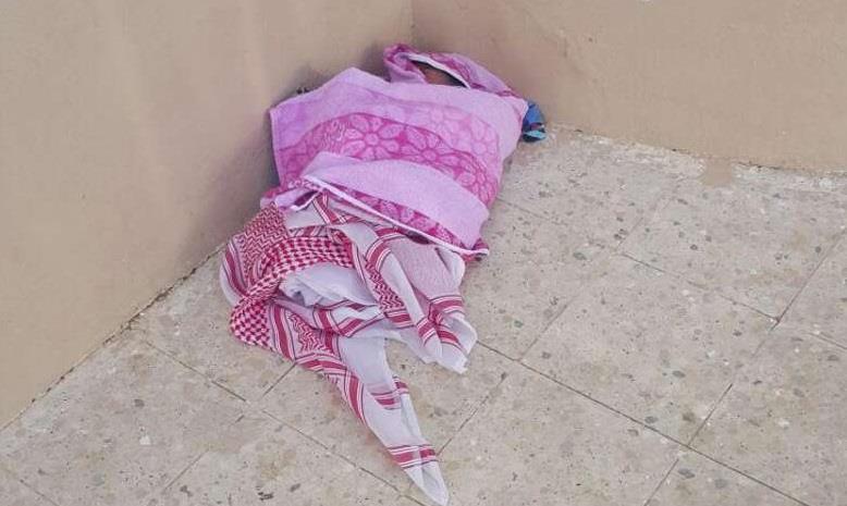 العثور على طفل رضيع ملفوف بشماغ بجوار مسجد بالجموم