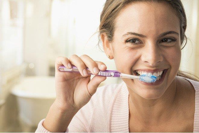"""""""لا تغسل أسنانك بعد الأكل مباشرة"""" .. طبيب يشاركك أخطار صحية خفية!"""