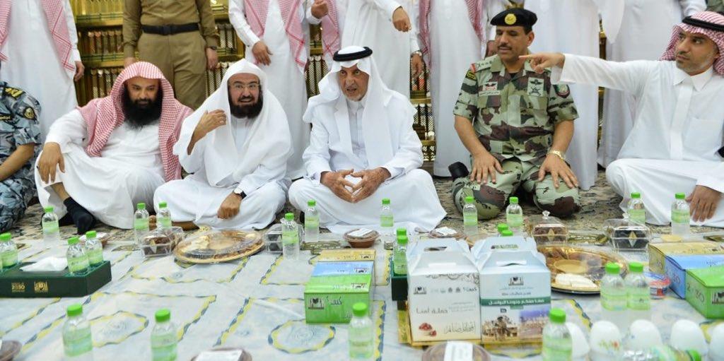 شاهد.. خالد الفيصل يشارك رجال الأمن طعام الإفطار بالمسجد الحرام