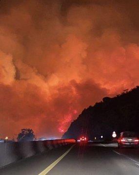 """الدفاع المدني يواصل إخماد """"حريق تنومة"""".. وإمارة عسير: السيطرة على 70% من مساحته"""