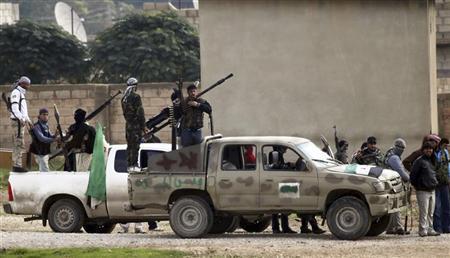 عناصر من الجيش السوري الحر المعارض في بلدة راس العين الحدودية مع تركيا