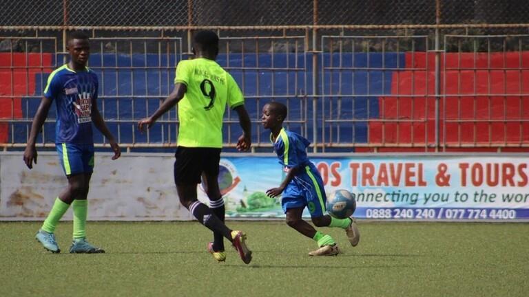 مهارات عالية لطفل يلعب رسمياً في دوري كرة قدم للرجال
