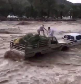مواطن ينقذ شخصين علقت سيارتهما وسط السيل في بيشة
