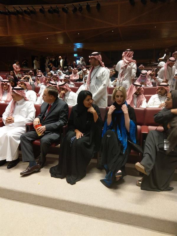 شاهد.. وزير الإعلام يفتتح أول دار سينما في السعودية