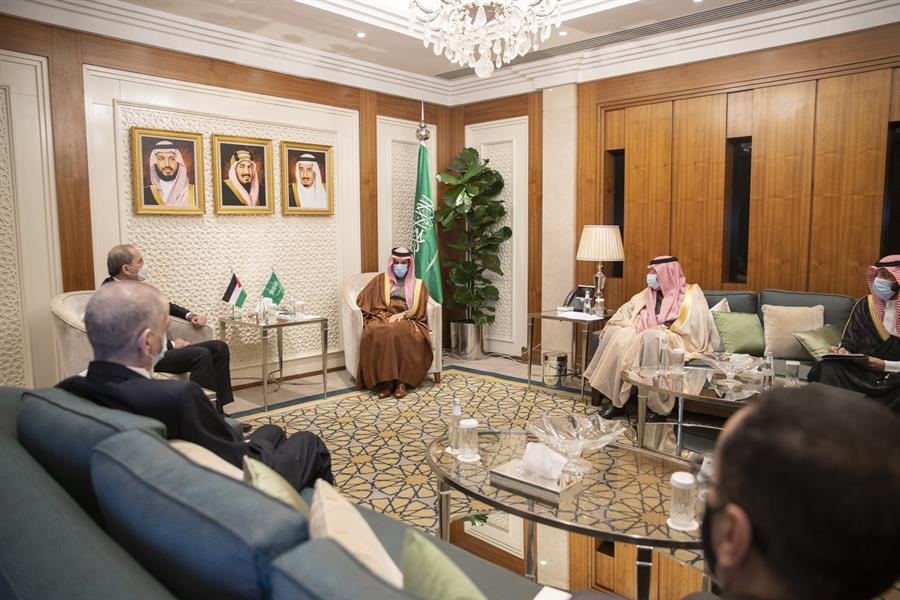 وزير الخارجية يبحث مع نظيره الأردني التدخلات الإيرانية والتركية في شؤون المنطقة (صور)