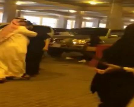 مضاربة بين شابين في موقف جامعة الإمام