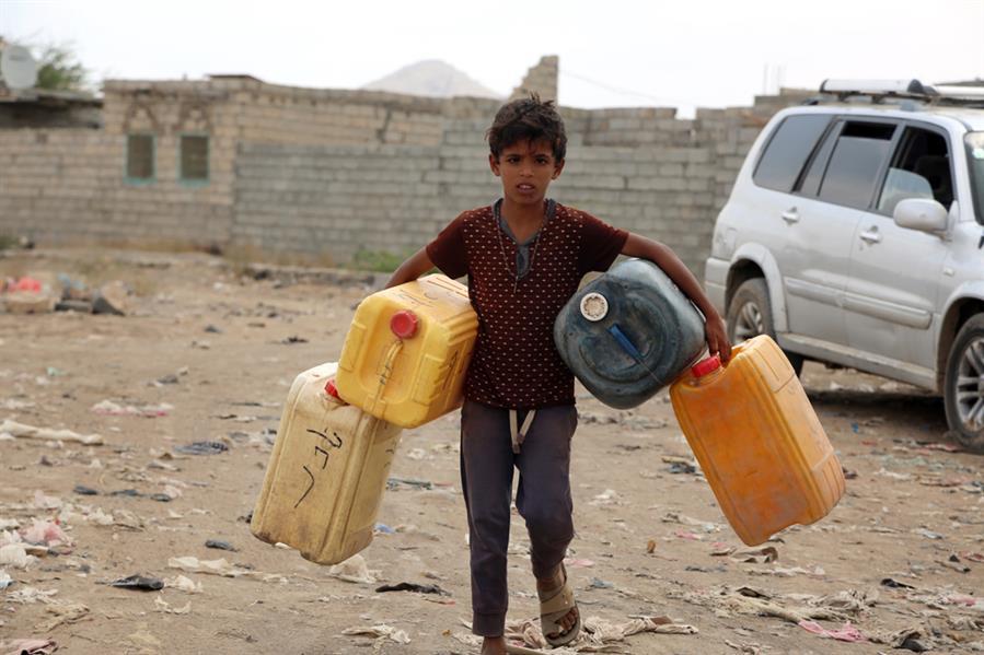 """طفل يمني يحمل """"غالونات"""" فارغة وسط استمرار انقطاع واسع في إمدادات المياه على مشارف مدينة الحديدة الساحلية اليمنية في 20 فبراير"""