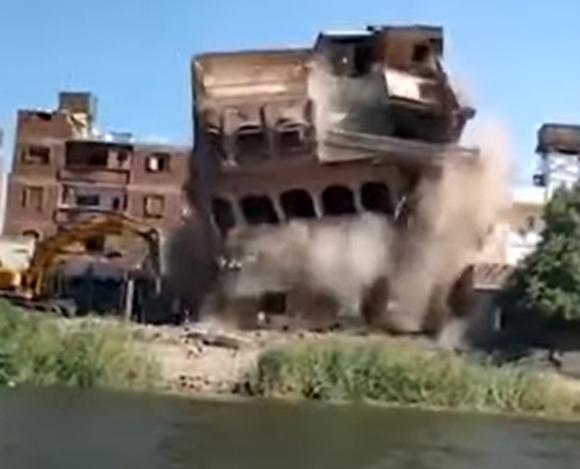 إزالة عمارة سكنية مُخالفة تطل على نهر النيل في مصر