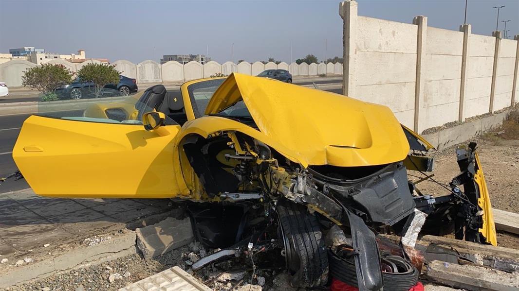 تعرض إعلامي لحادث اصطدام أثناء تجربته لسيارة فيراري 2020