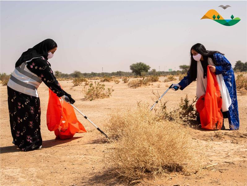 نثر بذور النباتات المحلية بمحمية الإمام عبد العزيز الملكية