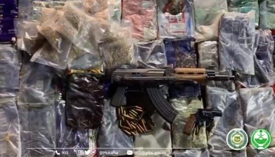 ضبط مواطنين بحوزتهما 85 جراماً من الحشيش و18 ألف قرص إمفيتامين وأسلحة ومبالغ مالية