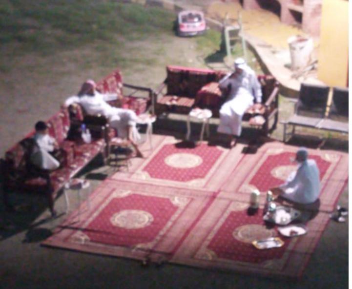 مواطن في الباحة يعقد لابنته من شرفة منزله