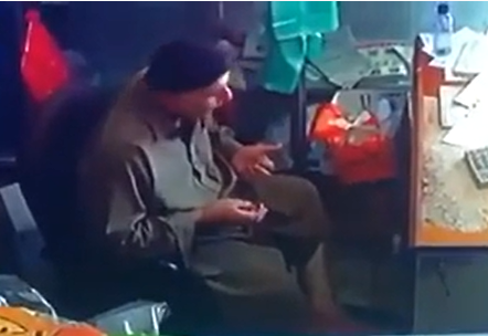 لحظة وفـاة عامل باكستاني داخل محل بالمدينة أثناء قيامه بالتسبيح