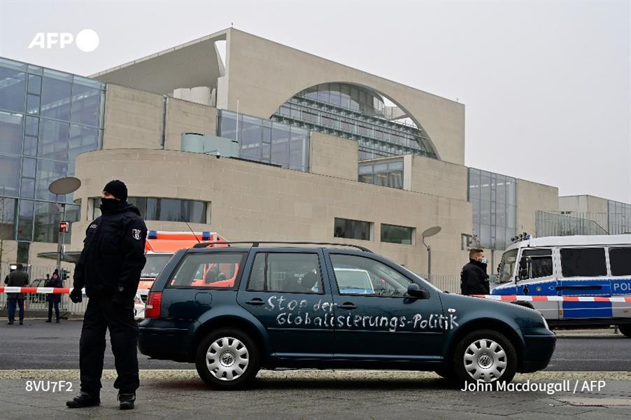 سيارة تصدم بوابة المستشارية الألمانية - أ ف ب